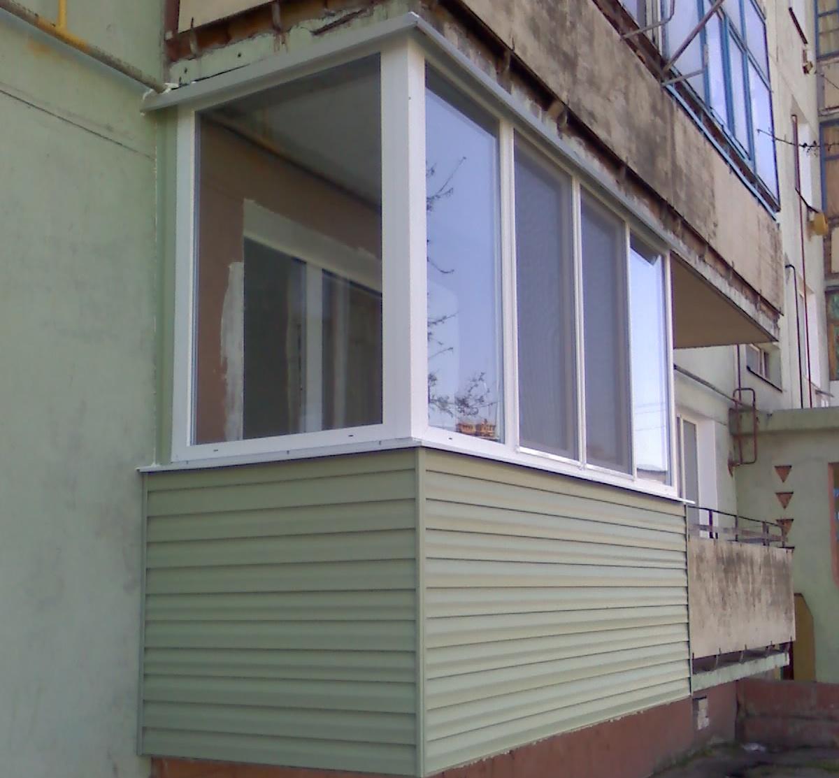 Сталинский балкон цокольным сайдингом.
